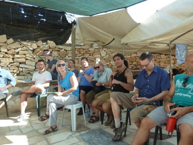 Ein Teil der Internationalen in der 'Unterkunft': die Männer schlafen im offenen Zelt, die Frauen in einem großen Raum.