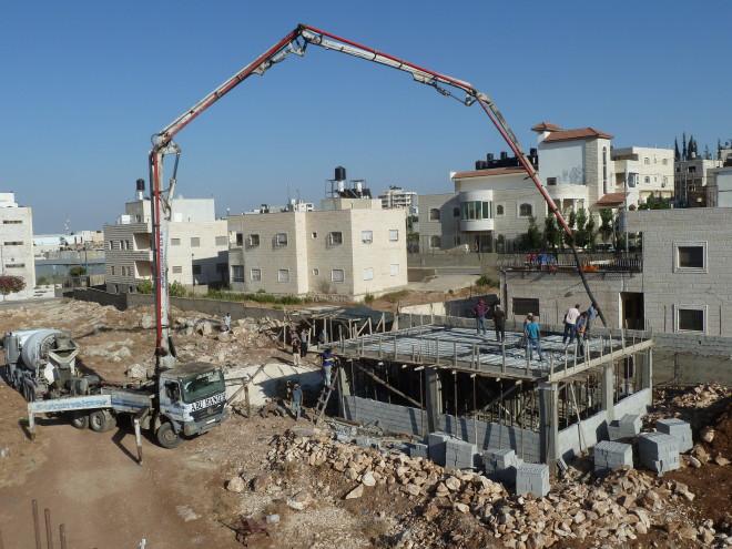 Am 3. Tag kann bereits die Decke gegossen und die Außenmauern hochgezogen werden.