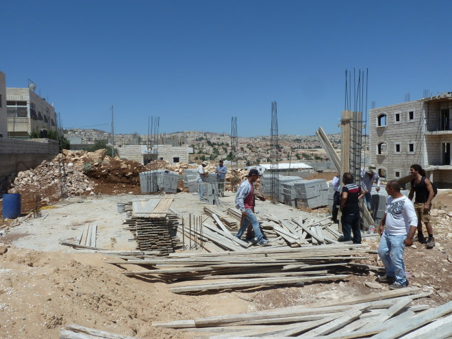 Der erste Tag: Nur das Fundament ist schon da, jetzt müssen 9 Säulen gegossen werden.